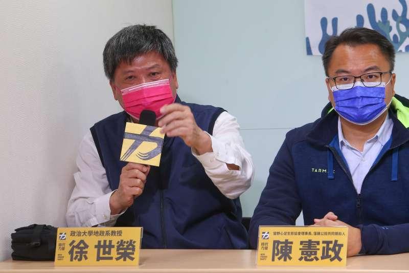 20210227-政大地政系教授徐世榮(左)、藻礁公投共同領銜人陳憲政(右)27日舉辦「衝刺藻礁公投,時力全國總動員」記者會。(顏麟宇攝)
