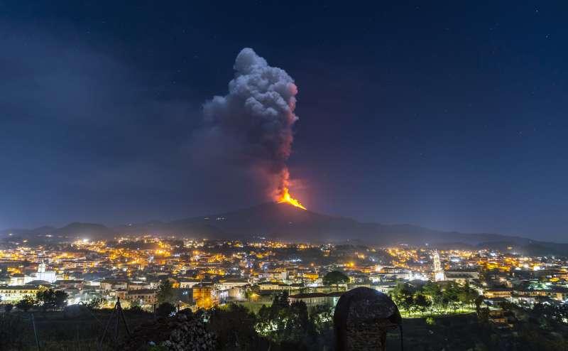 2021年2月,位於義大利西西里島的埃特納火山(Mount Etna)噴發。(AP)