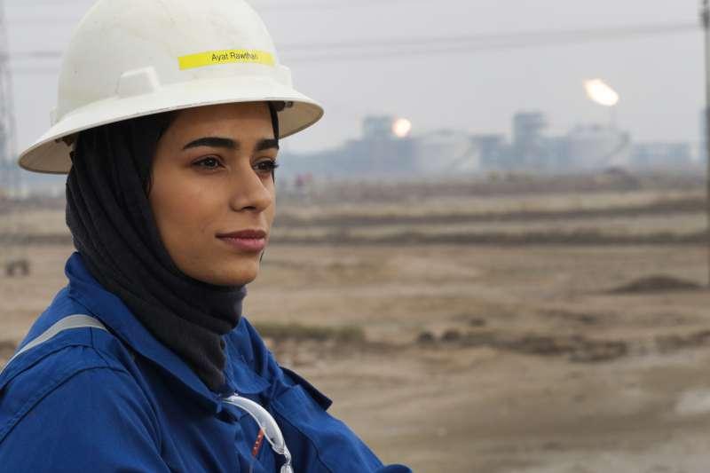 伊拉克新世代的女性工程師突破傳統性別限制,投入艱苦的石油鑽機現場工作,這是24歲的阿姆賈德(Zainab Amjad)。(AP)