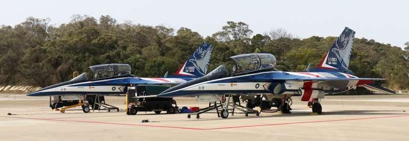 20210302-漢翔公司2日上午在台中沙鹿廠區公開展示新式高教機「勇鷹號」雙機飛行,漢翔董事長胡開宏親自同乘A1機。(蘇仲泓攝)