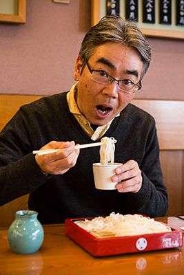 筆者正吸食著喜愛的蕎麥麵 (圖/nippon.com)