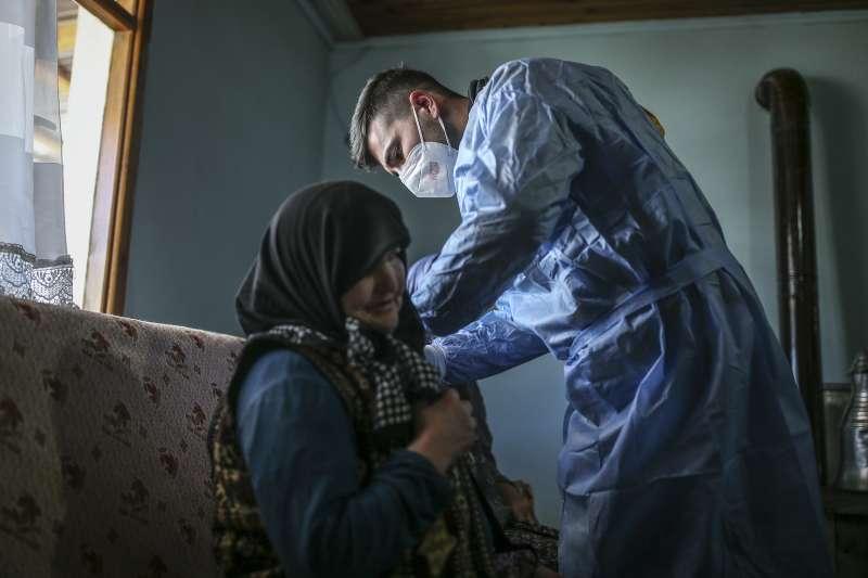 土耳其醫療團隊前往偏遠山區為民眾接種疫苗。(美聯社)
