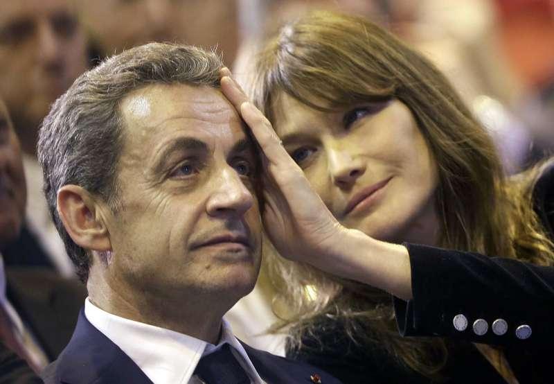 2021年3月1日,法國前總統薩柯齊因行賄法官遭判刑3年。圖為薩科齊與第三任妻子、前超模布魯妮。(AP)