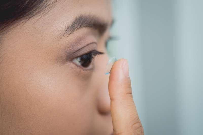 醫師建議可以選擇配戴價格實惠,品質優的知名品牌新一代矽水膠日拋鏡片。