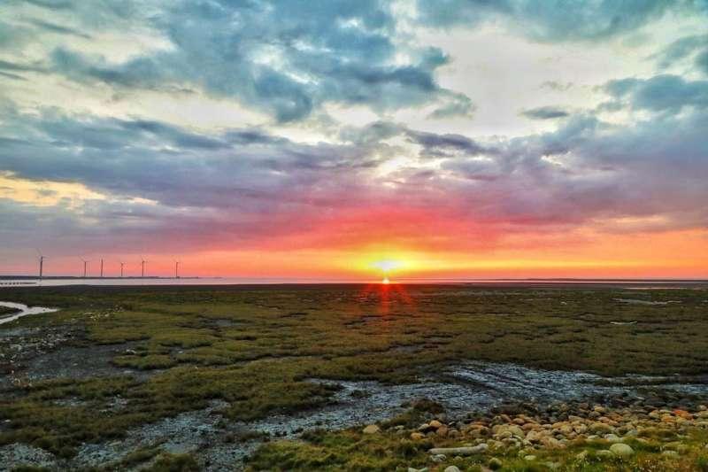 紅潤的夕陽是高美濕地的國際標誌。(圖/zhougengmin@instagram提供)