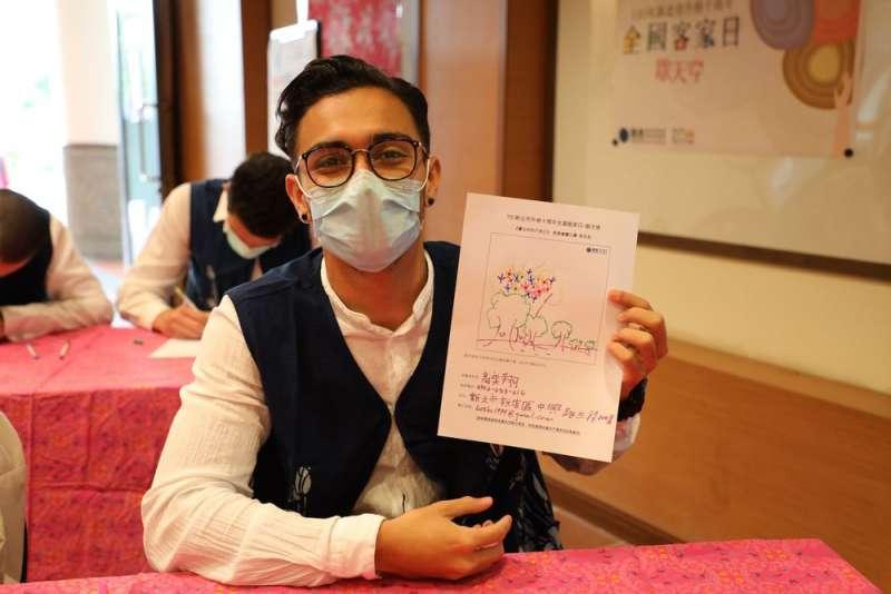國際交換學生參加「畫天穿」繪畫比賽。(圖/新北市客家局提供)