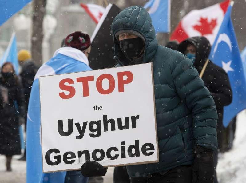 中國政府針對新疆維吾爾族人的「勞務輸出計劃」,恐已犯下強迫勞動和強制遷移等反人類罪。(截自鄭國恩報告)