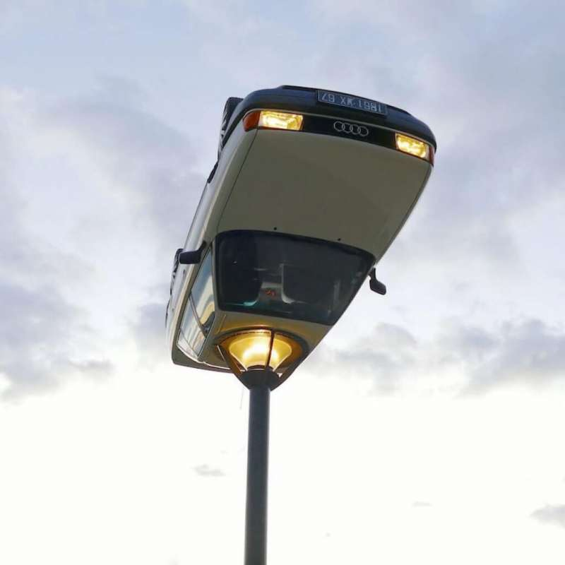 改造成路燈的廢棄車(圖/Benedetto Bufalino)