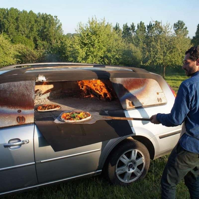 改造成Pizza窯的廢棄車(圖/Benedetto Bufalino)