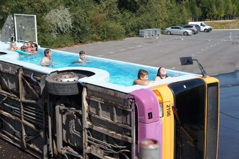 由廢棄汽車改造的游泳池(圖:Benedetto Bufalino)