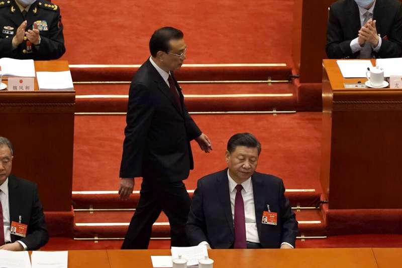 中國第十三屆全國人民代表大會第四次會議在北京召開,習近平與李克強的互動再次成為媒體關注的焦點。(美聯社)