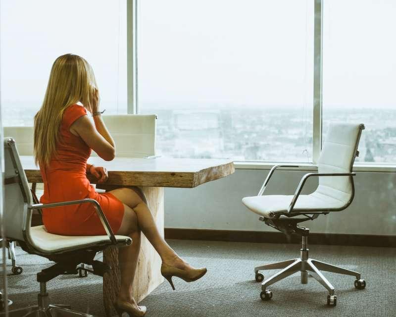 跨國調查發現,至少1/3女性在職場上會掩飾更年期帶來的不適症狀。(Dane Deaner@Unsplash)