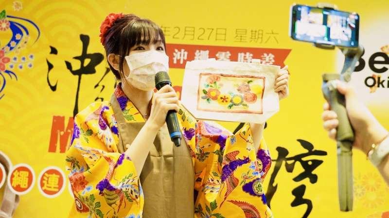沖繩藝人日本甜心女孩梨梨亞參加「紅型染」體驗活動。(圖/沖縄縣産業振興公社)