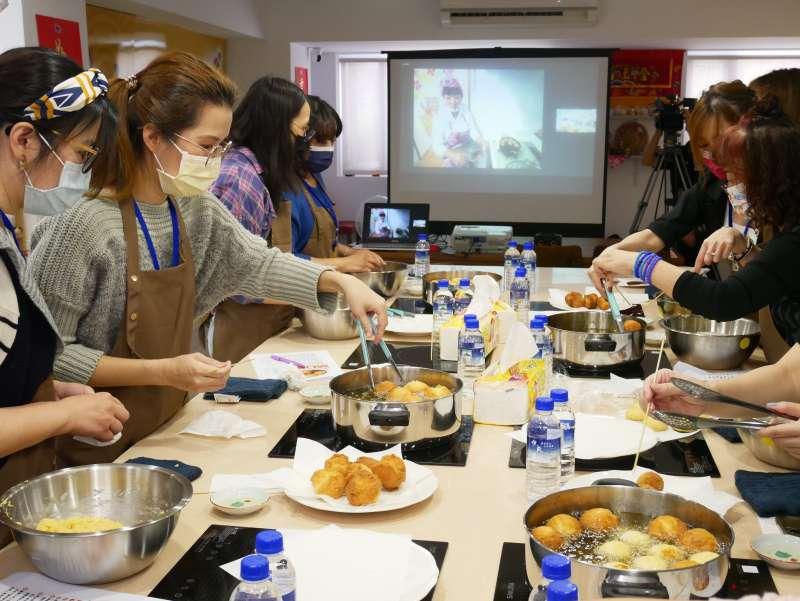 想念沖繩的民眾透過與沖繩連線,來製作沖繩傳統糕點炸菓子。(圖/沖縄縣産業振興公社)