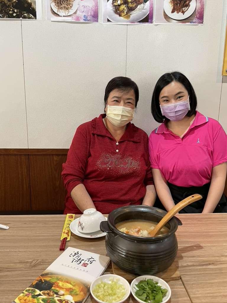 潮粥府沙鍋粥老闆娘李鳳娥(左)與女兒顏郁潔(右)