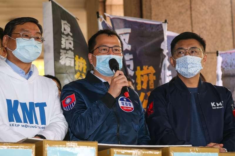 20210309-國民黨革實院長羅智強(中)、主席江啟臣(右)等人9日將反萊豬、公投綁大選兩項公投案送件至中選會。(顏麟宇攝)