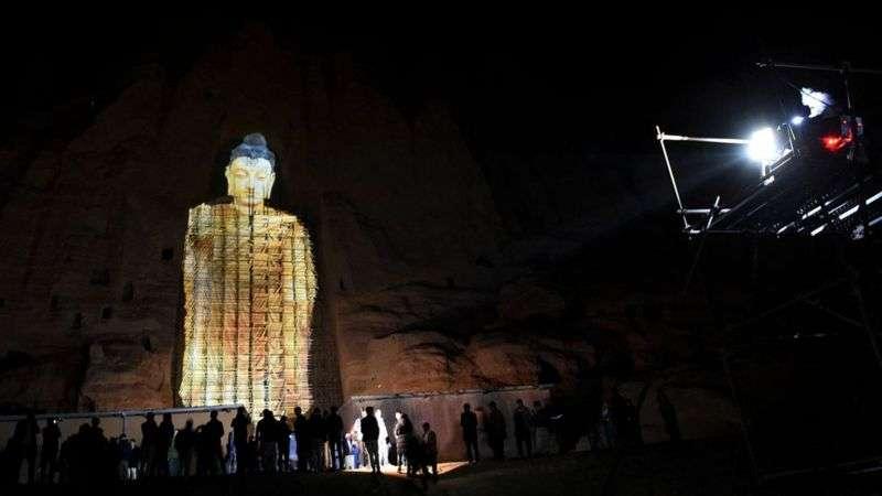 這次3D投影是紀念2001年3月塔利班炸毀佛像20週年,當時薩勒薩勒佛像(Salsal Buddha)高達56公尺。(BBC News中文)