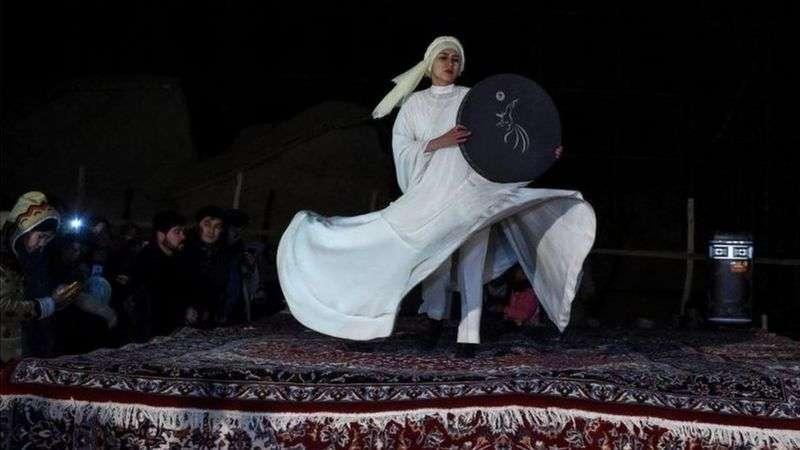 一名舞者在紀念儀式上表演。(BBC News中文)