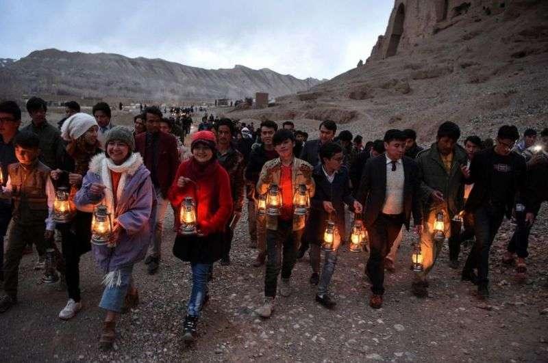 當地人和社會活動人士組成了一個燈籠遊行隊,前往佛像曾經矗立的地方。(BBC News中文)
