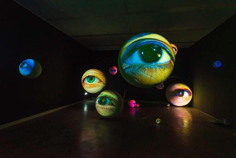 《黑盒-幻魅於形:湯尼・奧斯勒》展覽作品〈黯黑〉(圖/高雄市立美術館提供)