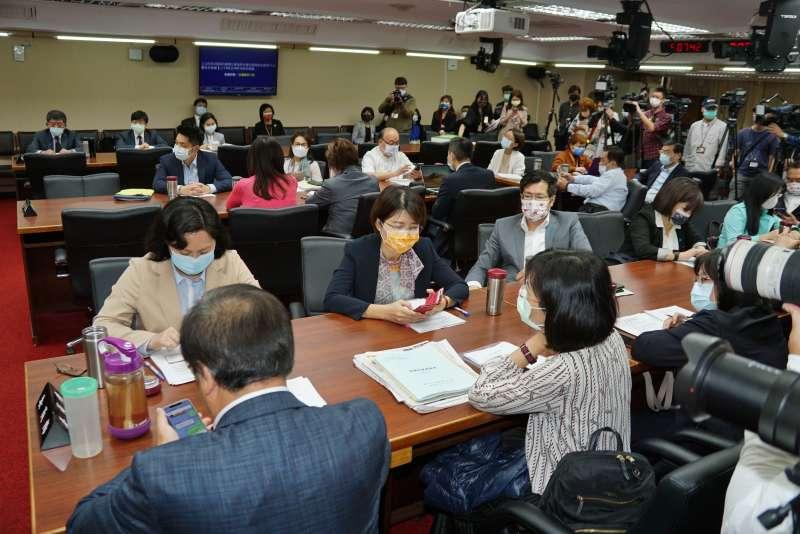 20210317-衛福部長陳時中17日赴立院衛環委員會報告新冠疫苗採購事項並備詢,出席委員眾多。(盧逸峰攝)