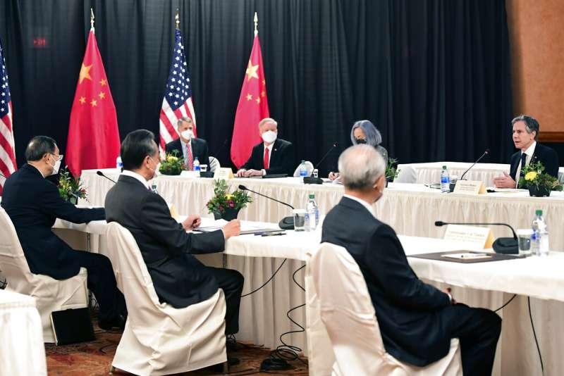 美國國務卿布林肯與白宮國安顧問蘇利文18日在阿拉斯加州,與中共中央外事工作委員會辦公室主任楊潔篪、外交部長王毅會晤。(美聯社)