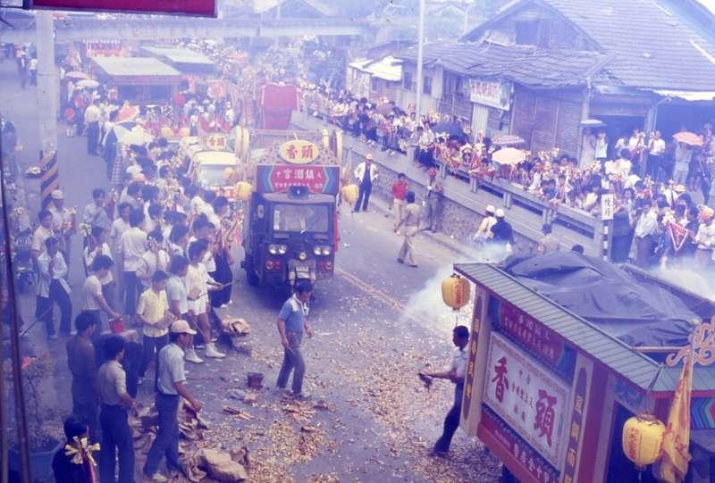 1980 年代,大甲鎮瀾宮的進香隊伍。(圖/取自研之有物)