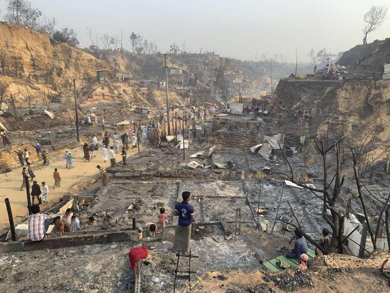 2021年3月23日,孟加拉科克斯巴札爾難民營大火,羅興亞難民至少15人死亡、400人失蹤。(AP)