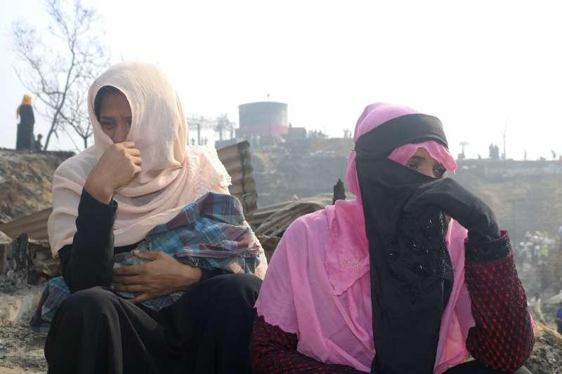 2021年3月23日,孟加拉科克斯巴札爾難民營大火,圖為茫然的羅興亞難民婦女。(AP)