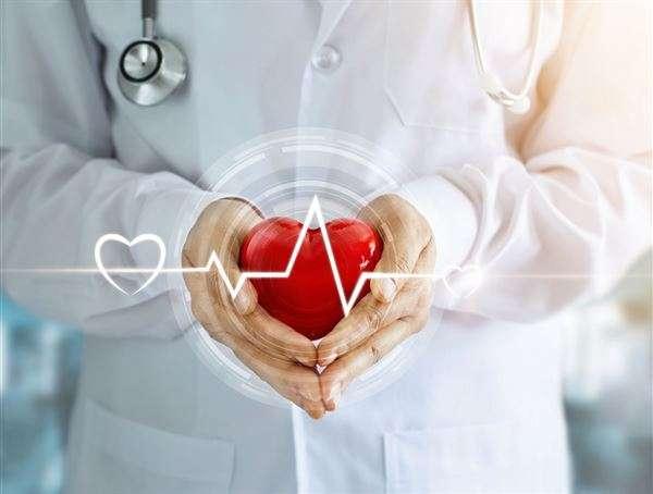 心臟衰竭的初期症狀不明顯,容易被輕忽。劉崢偉醫師提醒體力下滑、下肢水腫、睡覺會突然咳嗽,或有端坐呼吸的情況,都要提高警覺。(圖/華人健康網提供)