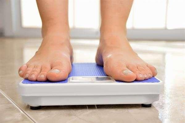 觀察雙腳是否水腫,除了按壓腿部確認膚色和凹陷狀況,天天量體重也有助監測。(圖/華人健康網提供)