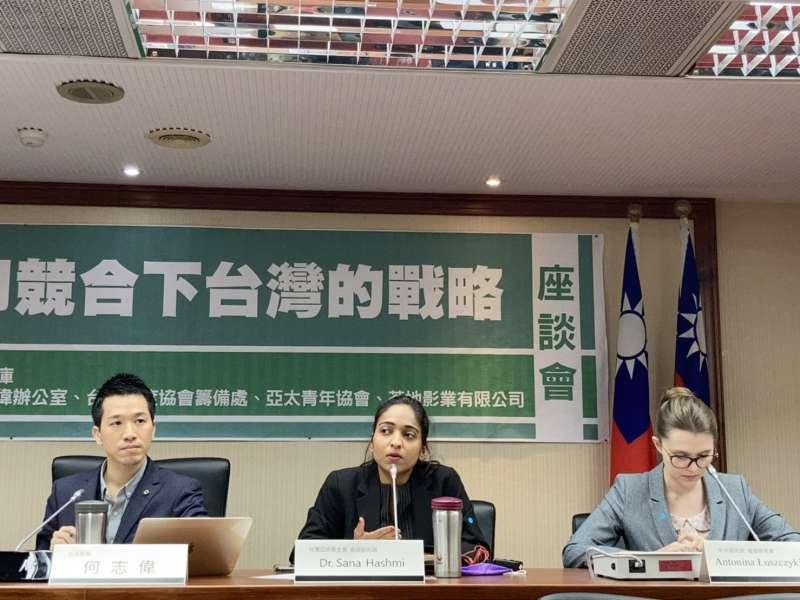 (由左至右)2021年3月26日,「中、印競合下台灣的戰略」座談會,立法委員何志偉、印度學人莎娜、波蘭學者陸安寧出席。(鍾巧庭攝)