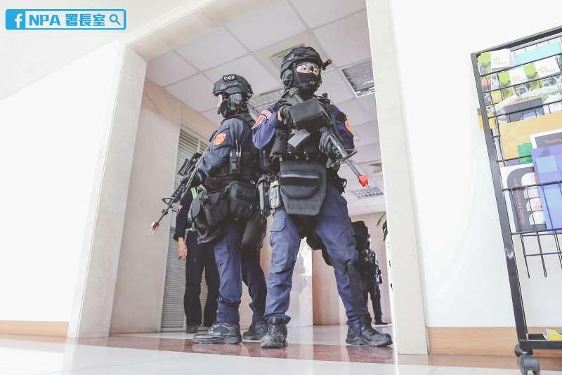 特警以全副武裝之姿,攜帶長短槍、防彈盾牌等裝具,進入室內逐一搜索。(取自NPA署長室臉書)