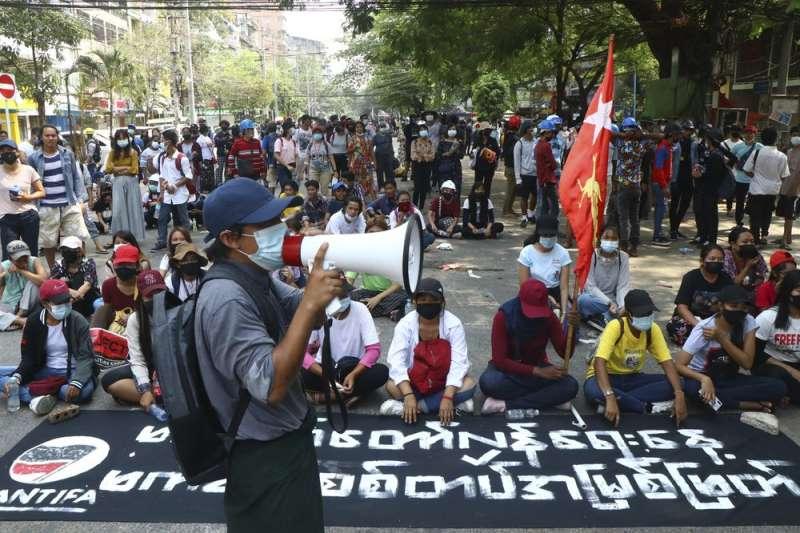 緬甸示威、緬甸抗議、緬甸政變。3月27日,緬甸軍事鎮壓之下,仍和平示威的群眾。(美聯社)