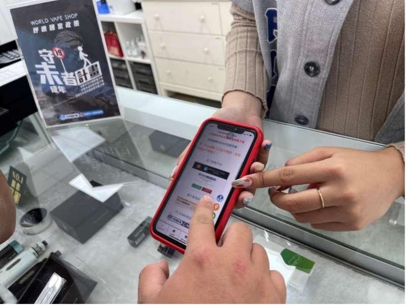 門市人員提醒未成年禁止購買任何菸品 (圖:業者提供)