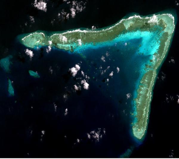 牛軛礁(中)/朱利安・費利佩礁(菲)的衛星空拍圖。(NASA/CC BY-SA 4.0)