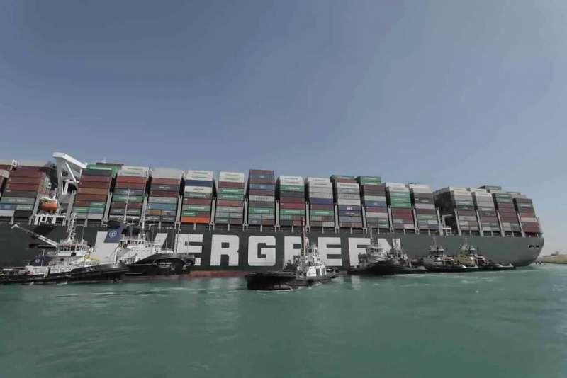 灣長榮海運租用的貨櫃巨輪「長賜輪」卡住埃及蘇伊士運河多日,嚴重堵塞這條歐亞航運大動脈。(美聯社)