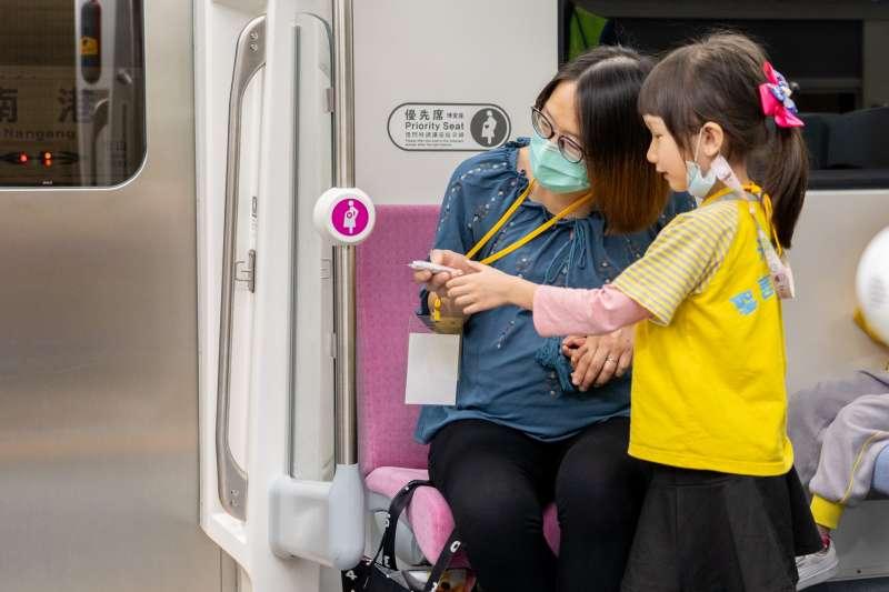 20210330-有「最美區間車」美名的EMU900型電聯車日前已通過安全營運證明,確定將在4月1日舉行首航儀式。EMU900列車自行車區、讓座鈴。(台鐵局提供)