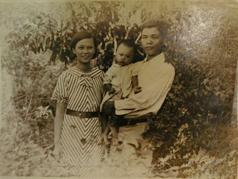 前台大電機系教授邱雲磊(圖中幼童),幼時與在新加坡經營鐵礦公司的父母,一併被送入印度集中營。他回憶原本南洋住家多是馬來人、印度人,一直到進入集中營後,他才開始學日語。 (圖/研之有物提供)