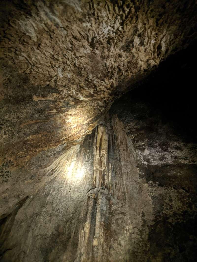 花蓮月洞遊憩區有鐘乳石形成漫長,即將結合成石柱。(圖/洪煜勛攝)