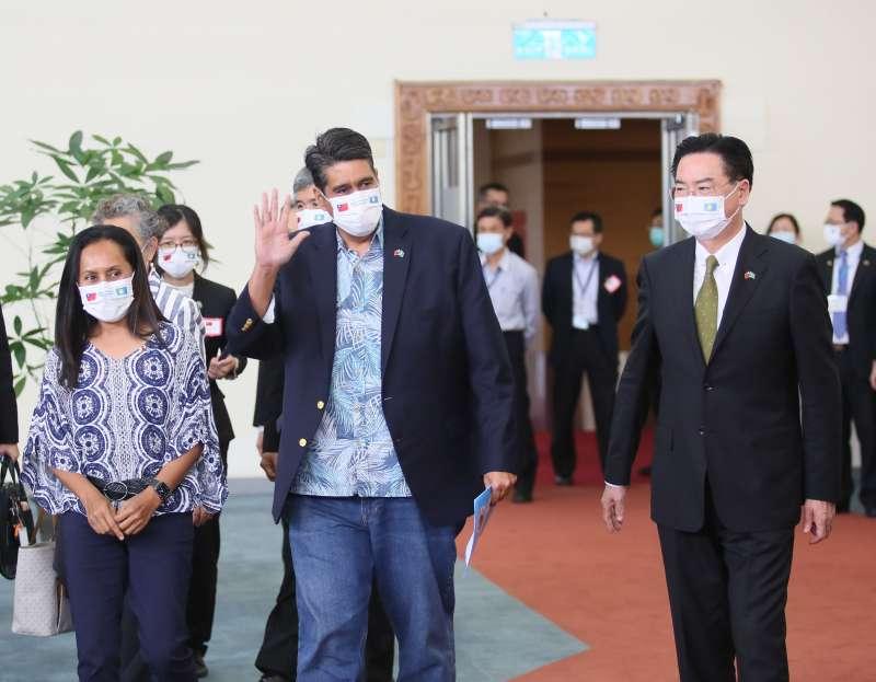 20210401-帛琉總統惠恕仁(Surangel Whipps Jr.)(右二)1日離台,外交部長吳釗燮(右—)到桃園機場送機。(柯承惠攝)