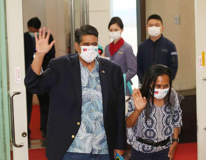 20210401-帛琉總統惠恕仁(Surangel Whipps Jr.)(左)1日離台。(柯承惠攝)