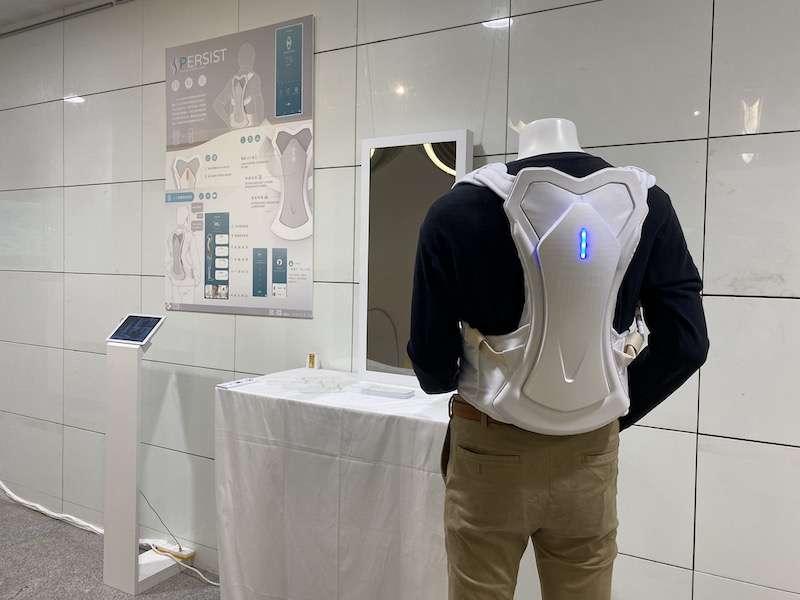 「ID28畢業展—起澀心」特展,針對背部問題的智能檢測使患者更能掌控自己的狀況並即時處理的特殊需求設計。(圖/記者王秀禾攝)