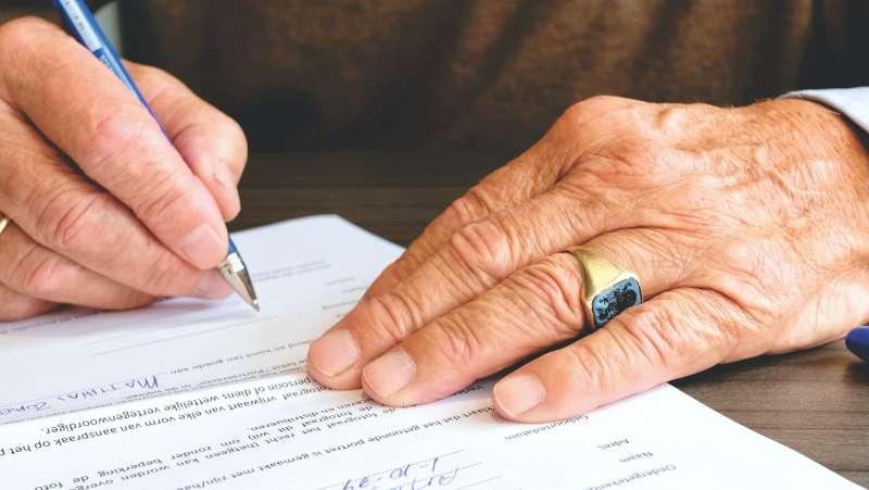 保險 簽名 老人(圖/取自Pexels)
