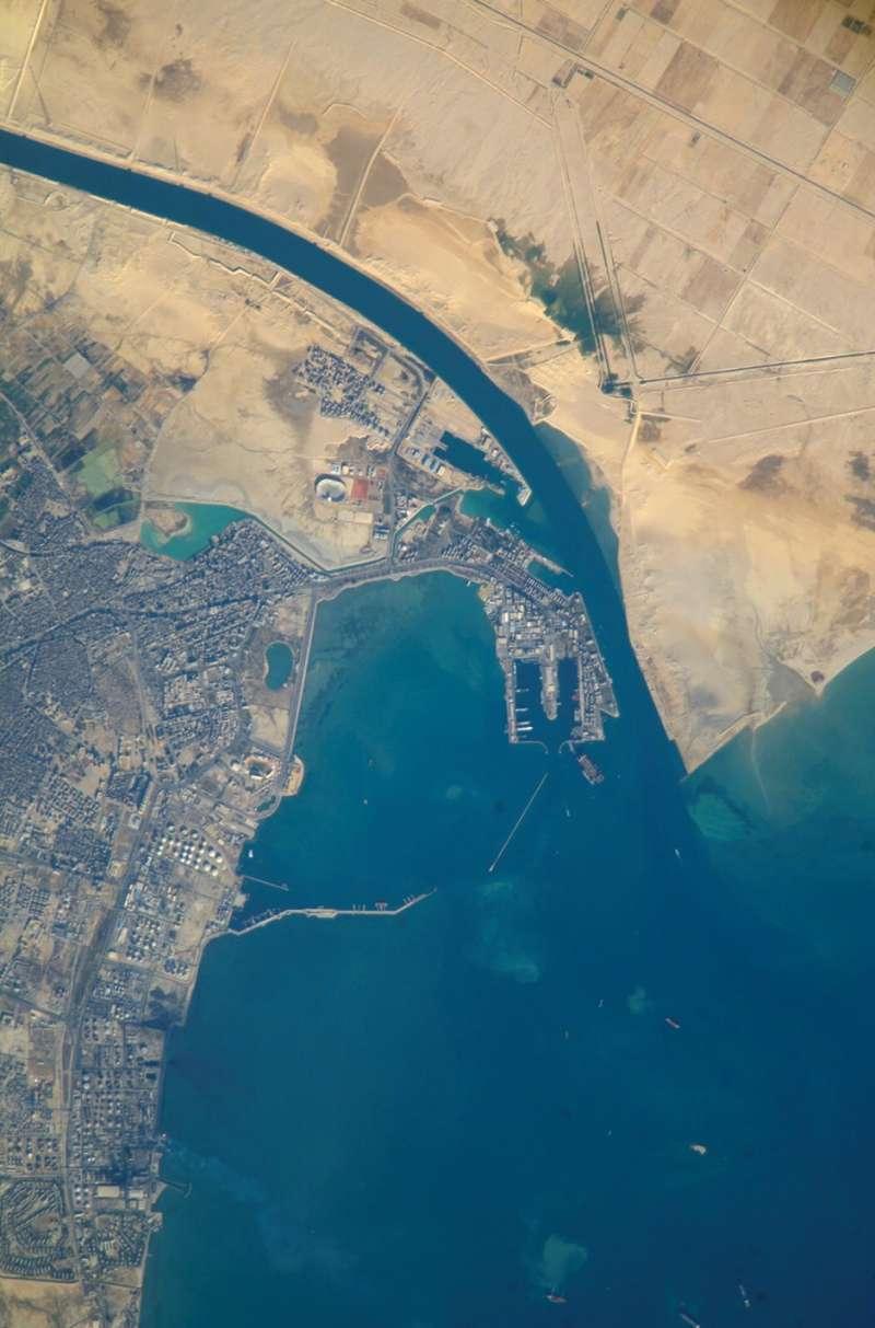 運河南向出入口的衛星照片,長賜輪是在左上方的河道不遠處擱淺(圖片來源:維基百科)