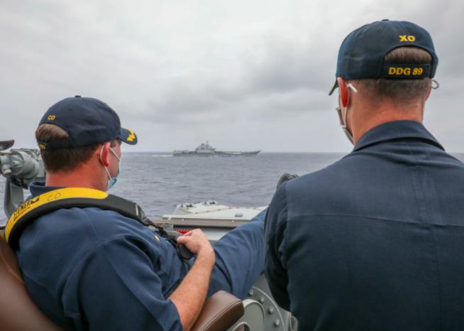20210411-美軍馬斯廷號驅逐艦(DDG-89)艦長與副艦長,4月4日於菲律賓海翹腳監視中國海軍遼寧號航艦。(取自美國海軍官網)