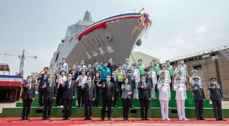 20210413-海軍首艘「新型兩棲船塢運輸艦」13日上午在高雄下水,總統蔡英文13日南下主持典禮。(總統府提供)