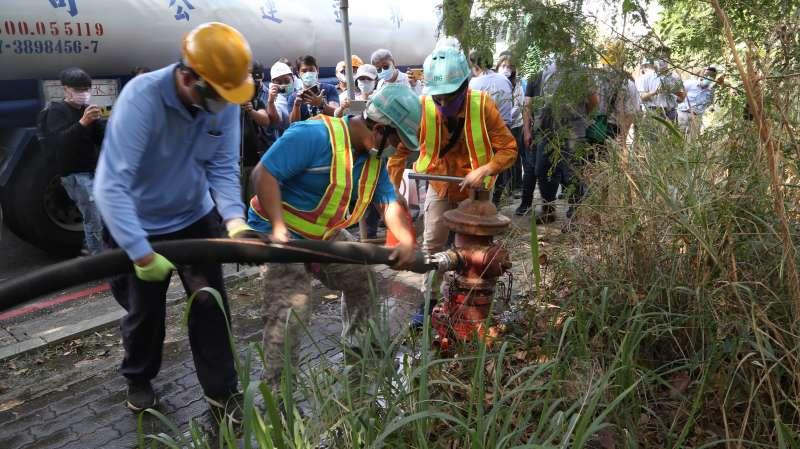 高雄市政府水利局載水演練,模擬減量供水階段臨時購取水作業流程。(圖/高雄市水利局提供)