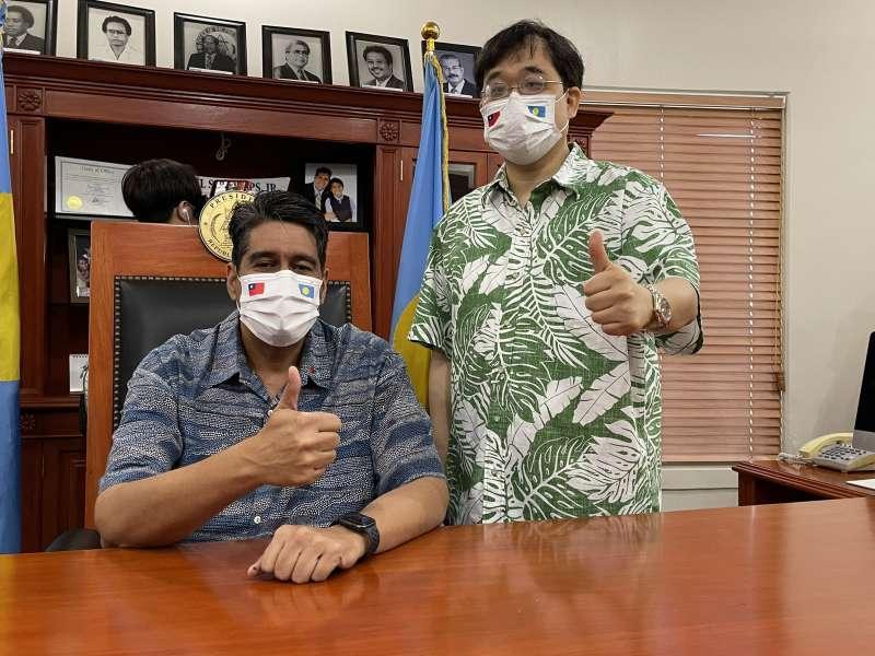 20210415-新光醫院副院長洪子仁(右起)參與台帛旅遊泡泡首發團,並與帛硫總統惠恕仁合影。(洪子仁提供)