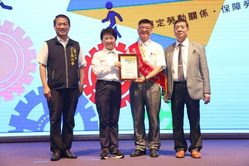 盧秀燕市長表揚本屆模範勞工。(圖/台中市政府提供)